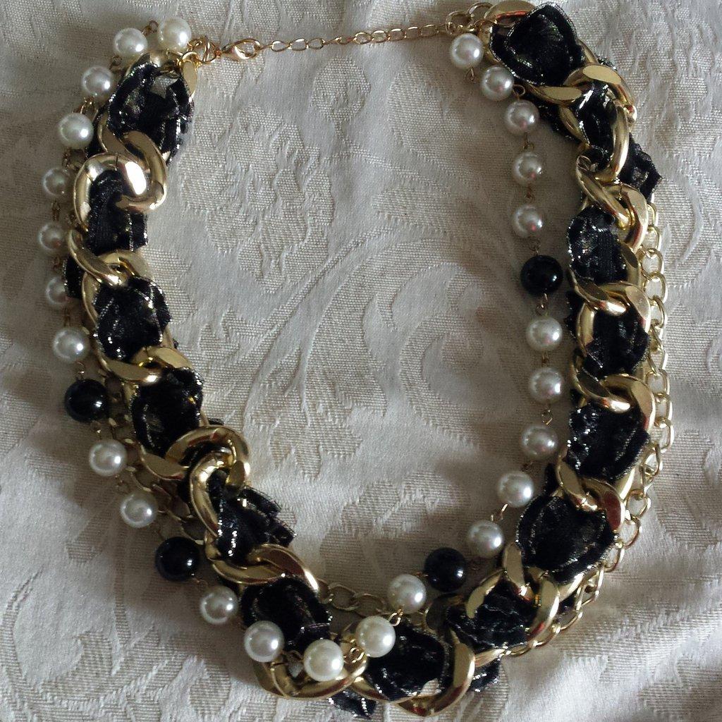 Collana girocollo multilayer catena dorata, perle bianche e nere