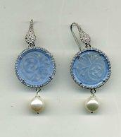 Orecchini pendenti con disco in giada azzurra traforata, pave' di zirconi e grande perla di fiume