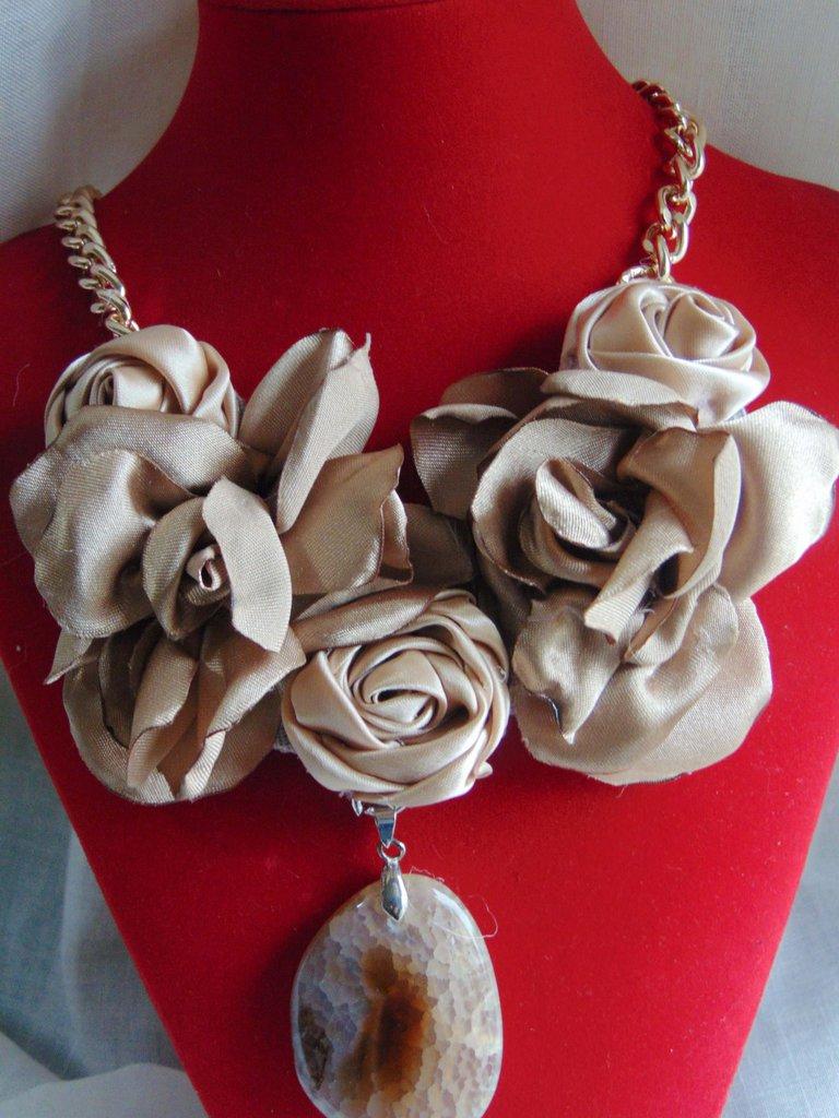 Collana con fiori in raso beige