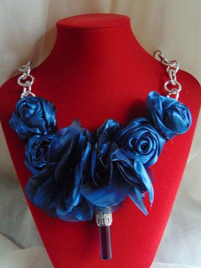 Collana con fiori in seta blu