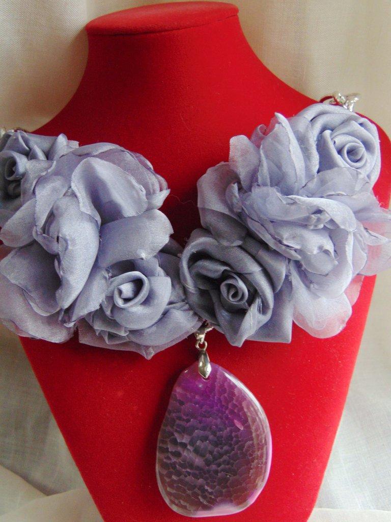 Collana con fiori color lavanda