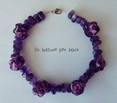 Collana/Girocollo con bottoni d'epoca di vetro viola e perle ametista su dopoio cavetto di acciaio