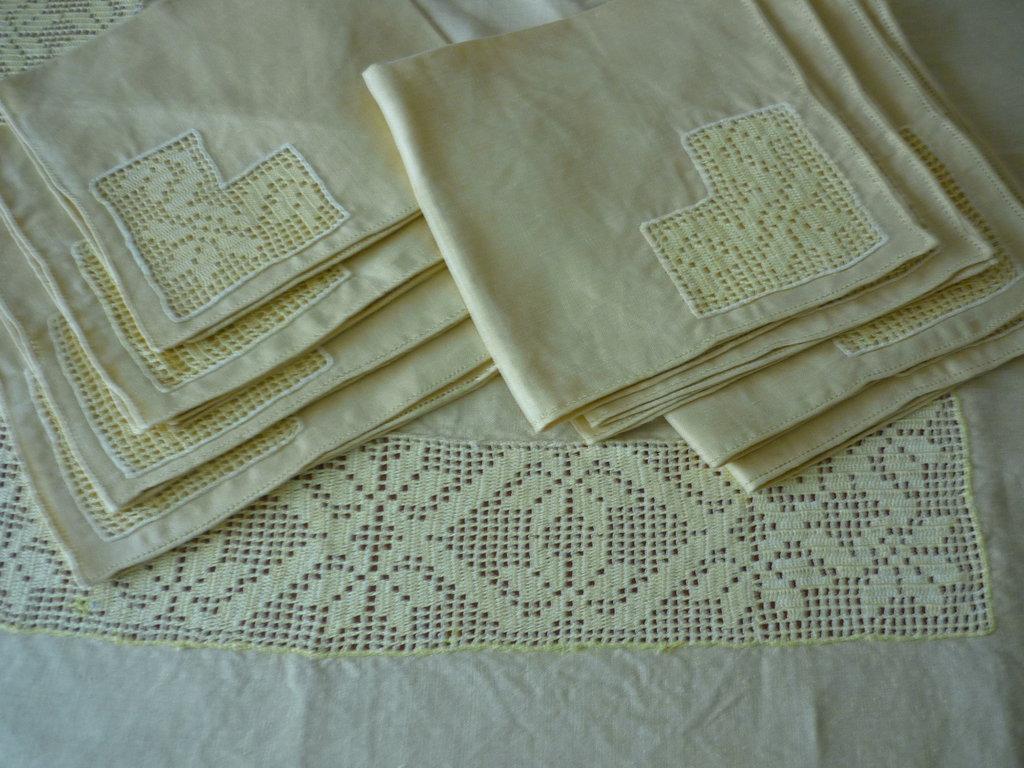 Preziosa tovaglia da corredo in puro lino con tramezzi applicati a punto intaglio