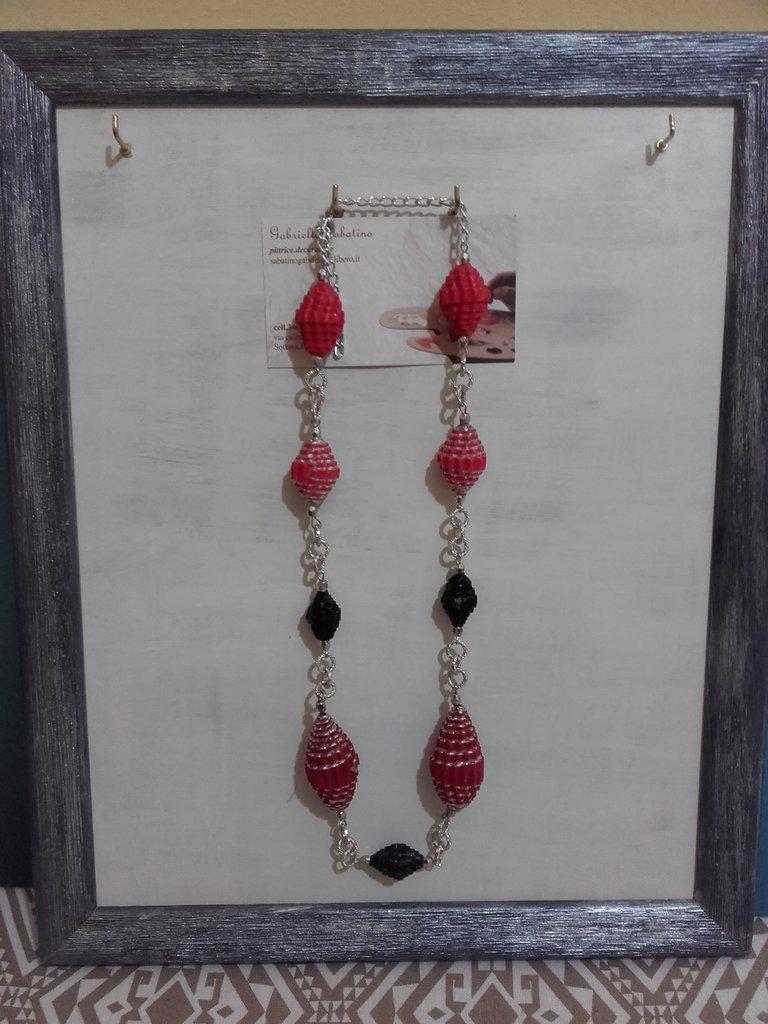 Collier di perle in carta rossa e nere