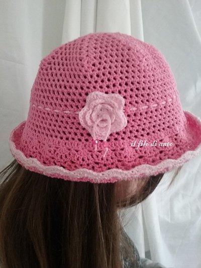 Cappello in cotone con fiore e perline fatto a mano