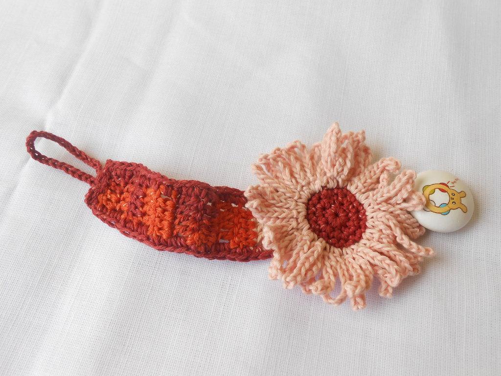 Porta ciuccio crochet girasole con clips in legno, idea regalo.