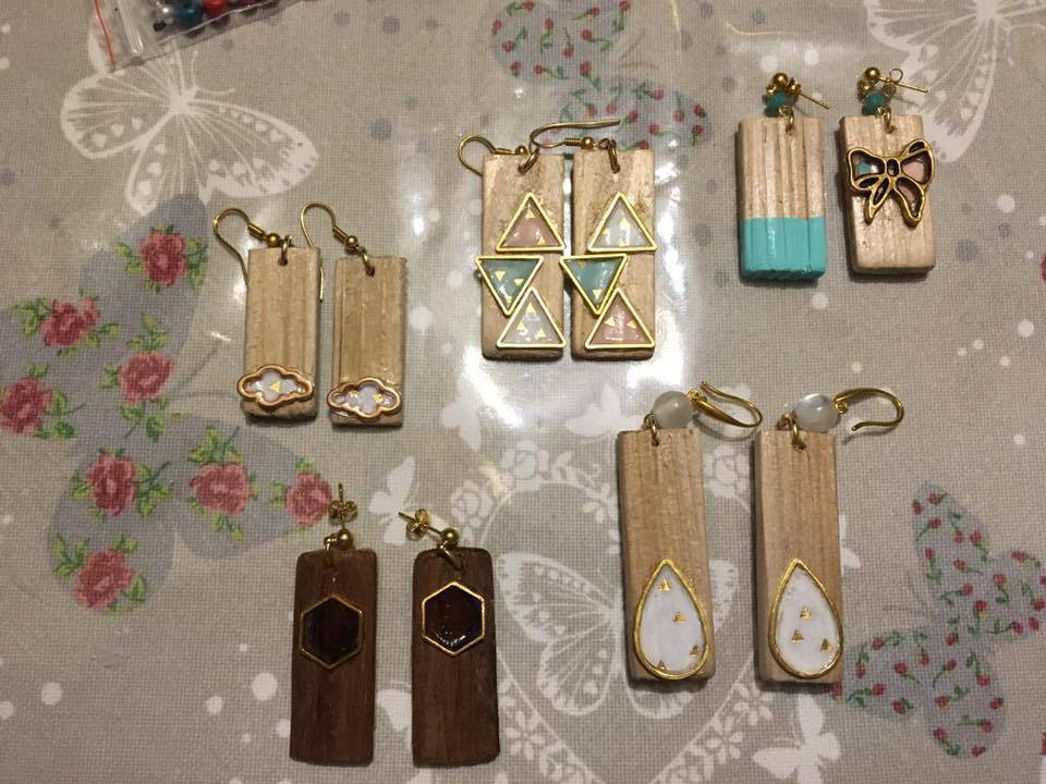 Orecchini in legno con resina