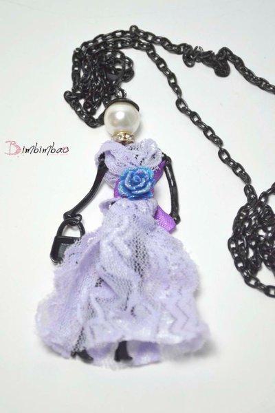 collana ciondolo a forma di bambola bambolina con abito in pizzo glicine e rosa applicata gioiello donna