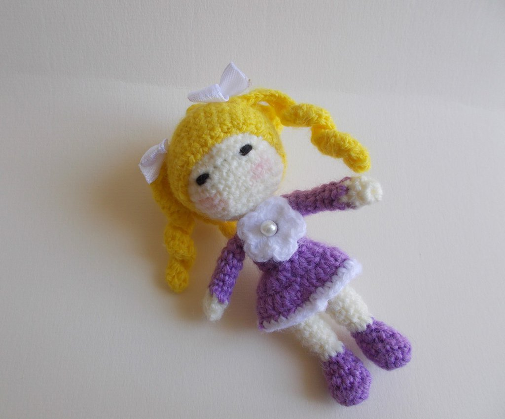 Portachiavi bambolina mini bionda amigurumi.