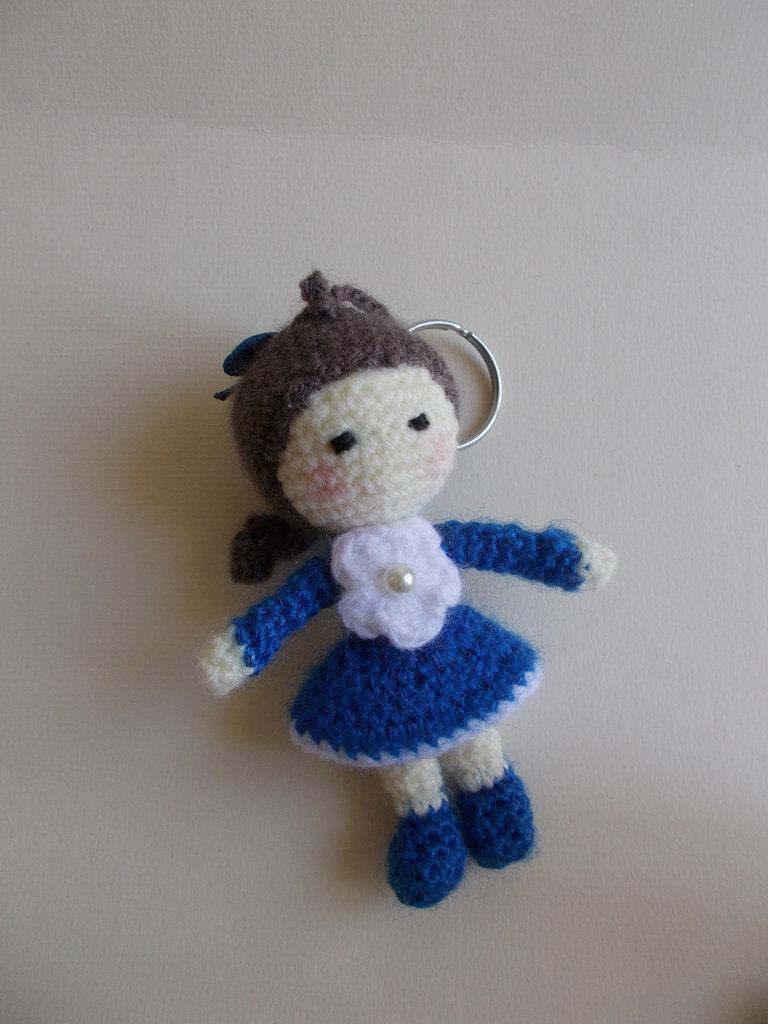 Portachiavi bambolina mini amigurumi.