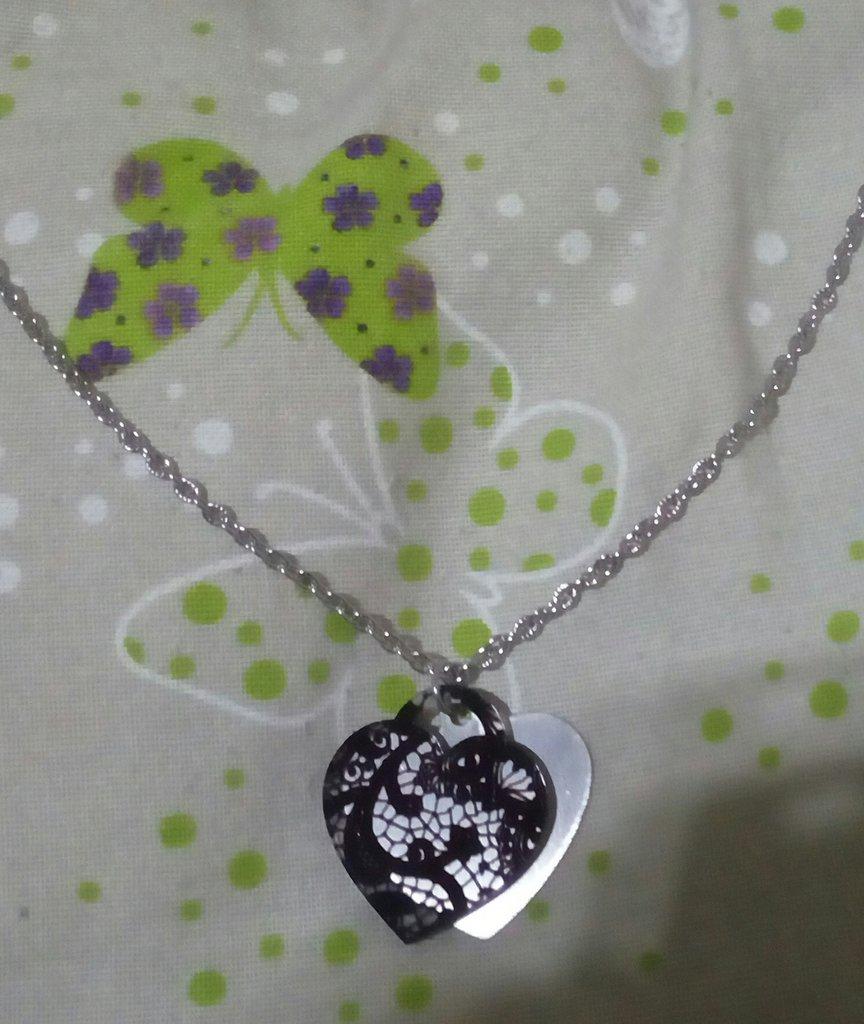 collana lunga in acciaio con doppio pendente a cuore in acciaio e plexiglas effetto pizzo