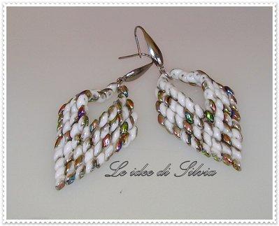 Orecchini pendenti bianchi cangianti argento