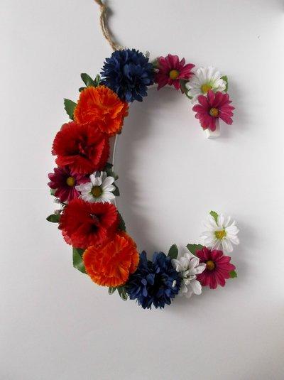 Lettera in legno con fiori finti da appendere