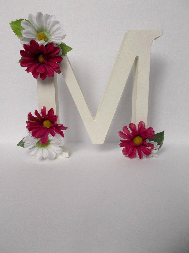 Lettera in legno decorativa con fiori finti