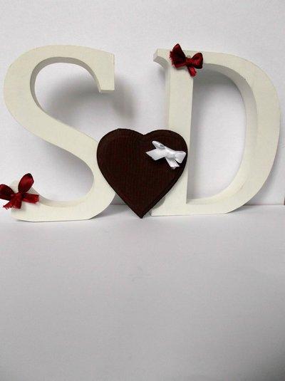 Lettere in legno decorative con cuore in legno e fiocchi