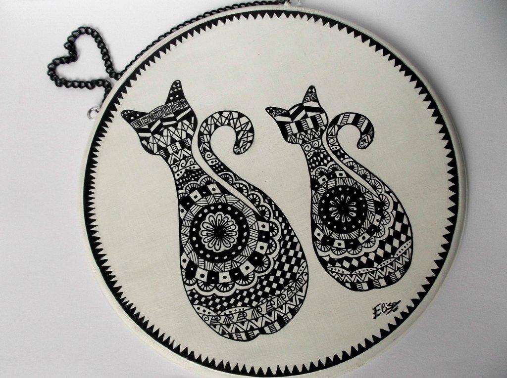 Gatti mandala. Quadretto in legno da appendere raffigurante due gatti mandala
