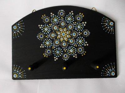 Appendiabiti in legno da parete con mandala colorato. Dot art mandala. Mandala