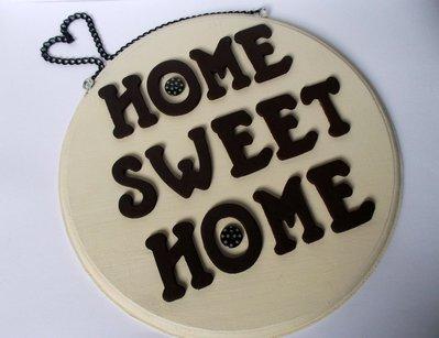 Home sweet home. Quadretto in legno da appendere con lettere in legno e bottoni