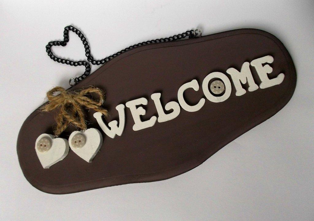 Benvenuti.Targa di benvenuto per porta in legno. Decorata con lettere in legno, cuori e bottoni