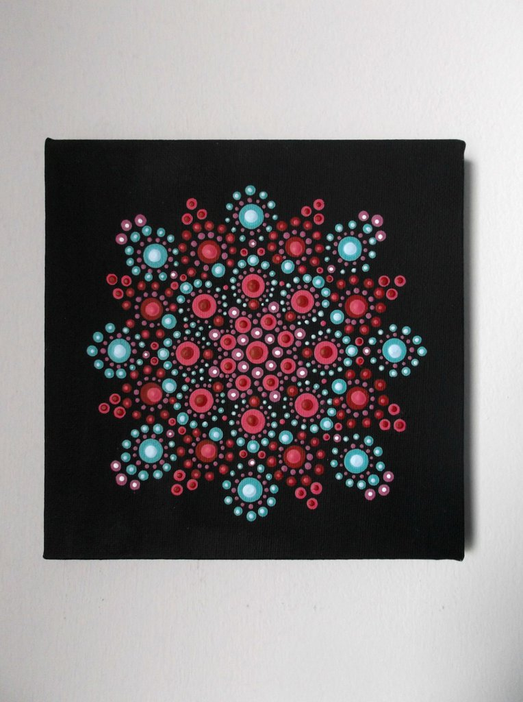 Mandala. Mandala su tela dipinto con tecnica dot art da appendere. Mandala rosso lilla azzurro