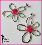Orecchini con fiori in metallo e giada tormalina