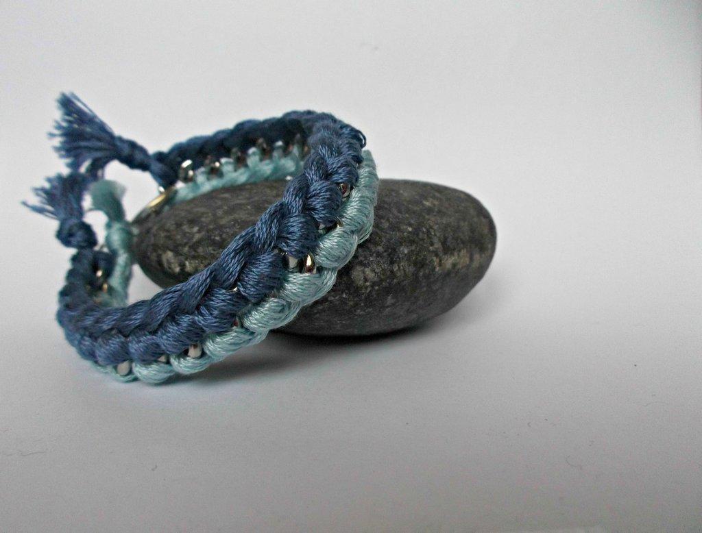 Bracciale blu e azzurro con catena argentata e filo di cotone intrecciato