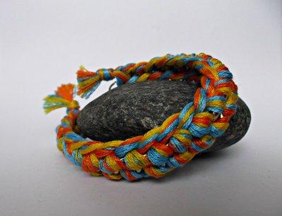 Bracciale arancione, azzurro e giallo con catena argentata e filo di cotone intrecciato