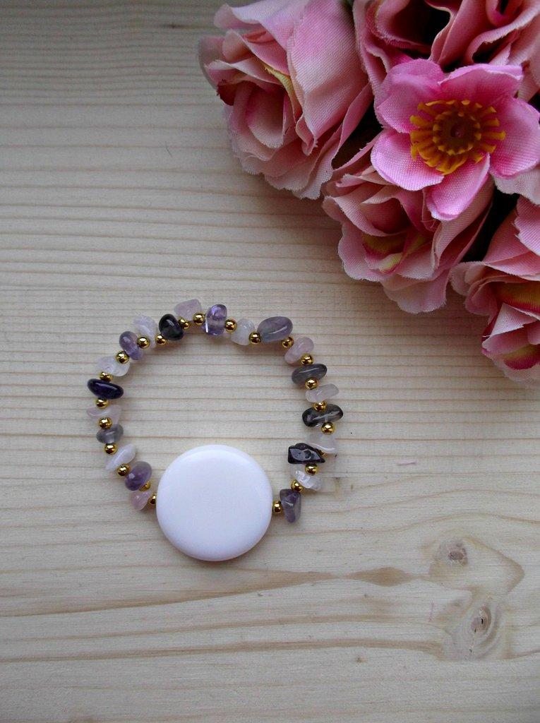 Bracciale elastico con pietre dure di quarzo rosa e ametista, perline color oro e perla bianca di vetro