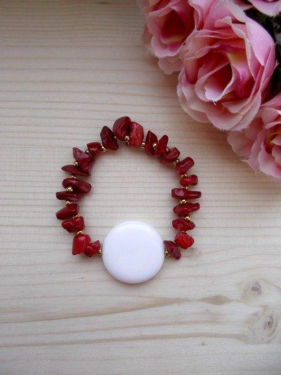 Bracciale elastico con pietre dure di corallo bambù, perline color oro e perla bianca di vetro