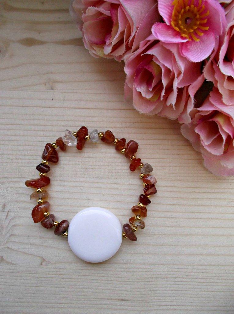 Bracciale elastico con pietre dure di corniola, perline color oro e perla bianca di vetro