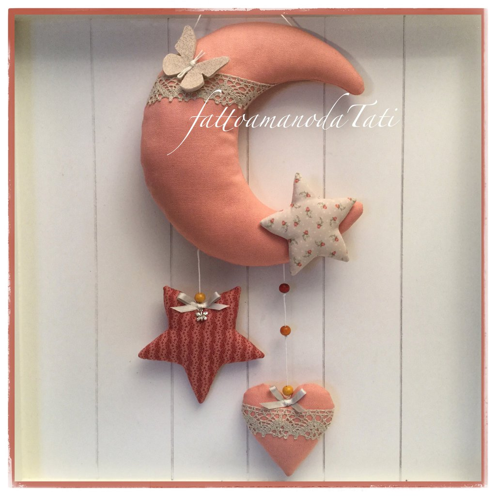 Fiocco nascita luna in cotone rosa salmone con farfalla,stelle e cuore sui toni rosa e beige