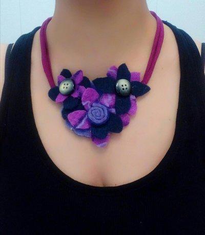 collana con fettuccia in jersey bordeaux e applicazioni di fiori colorati in feltro