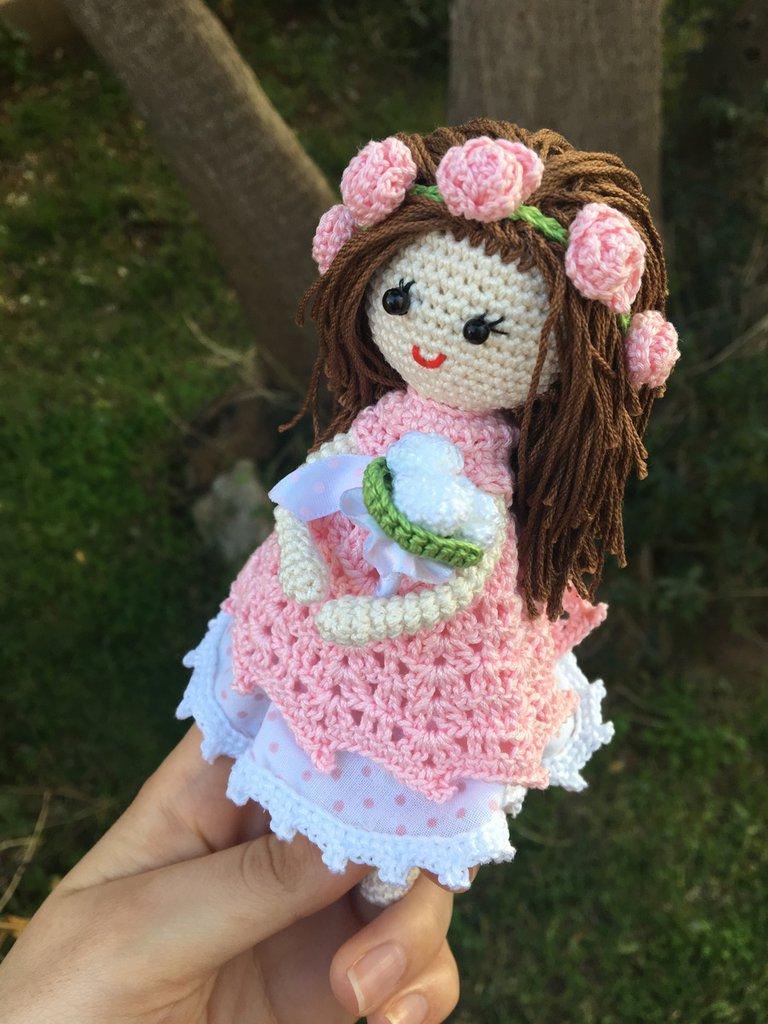 Bambola amigurumi con capelli lisci