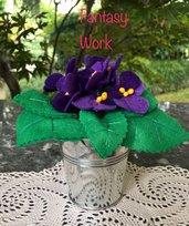 Vaso di latta con violette in feltro
