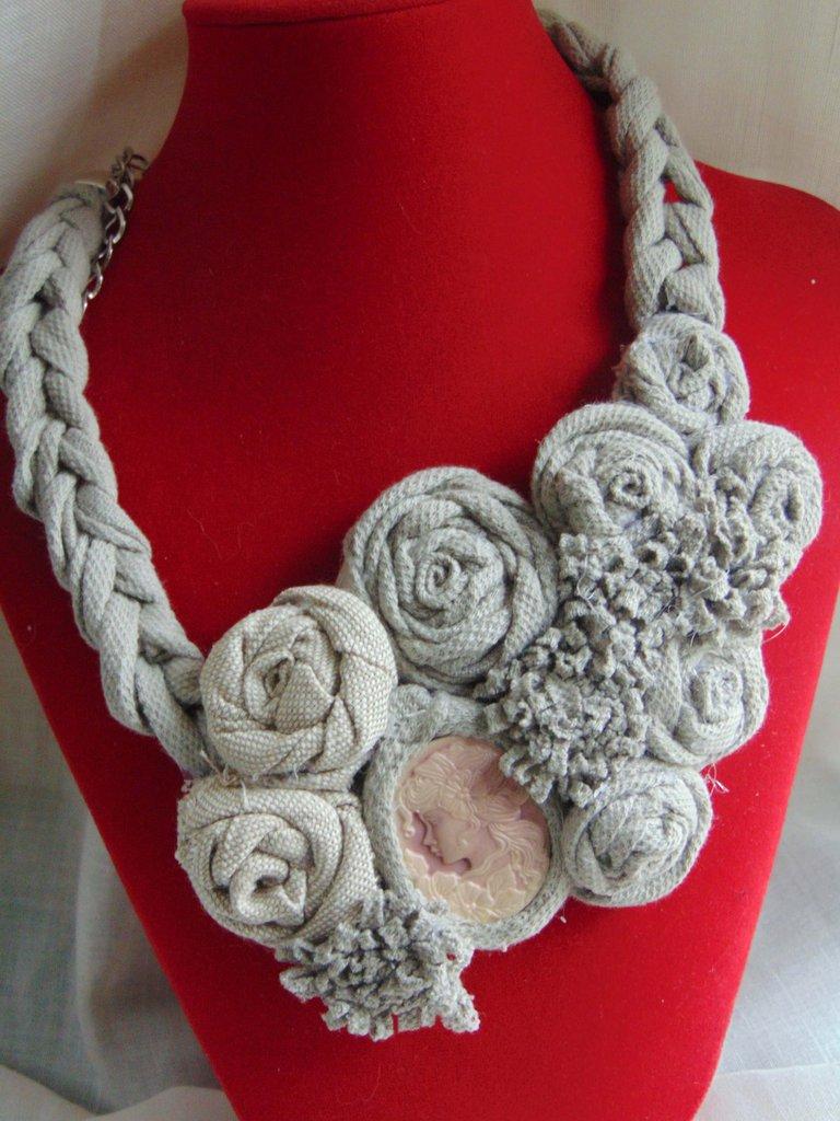 Collana vintage in fettuccia e fiori