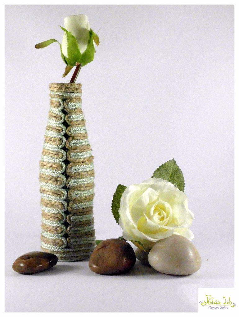vaso mono-fiore verde acqua realizzato con materiali di recupero