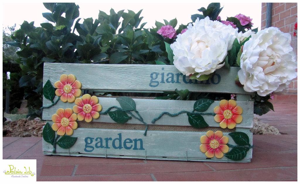 Cassetta arredo giardino con fiori in rilievo fatti a mano, riciclo creativo