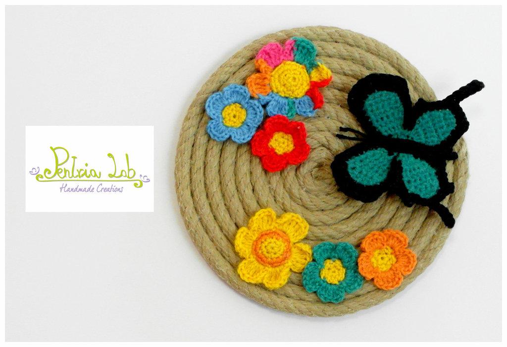 quadro in corda di canapa decorato con fiori e farfalle ad uncinetto