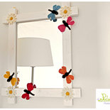 specchio libellula, con cornice in legno e decorazioni ad uncinetto