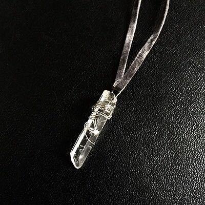 Ciondolo di piccola punta di quarzo ialino (cristallo di rocca)