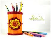 Porta matite, penne, pennelli, uncinetti con decorazione ad uncinetto, colore arancio .