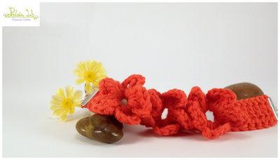 Bracciale ad uncinetto con fiori color rosso