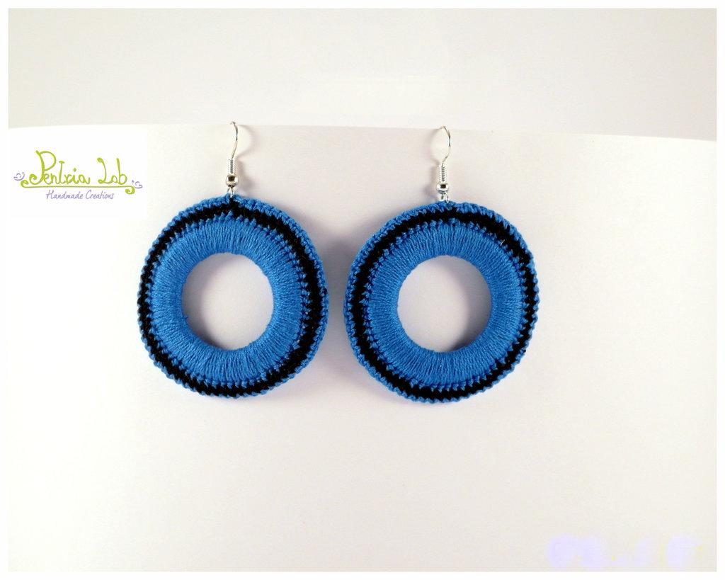 Orecchini pendenti a cerchio di colore turchese e nero