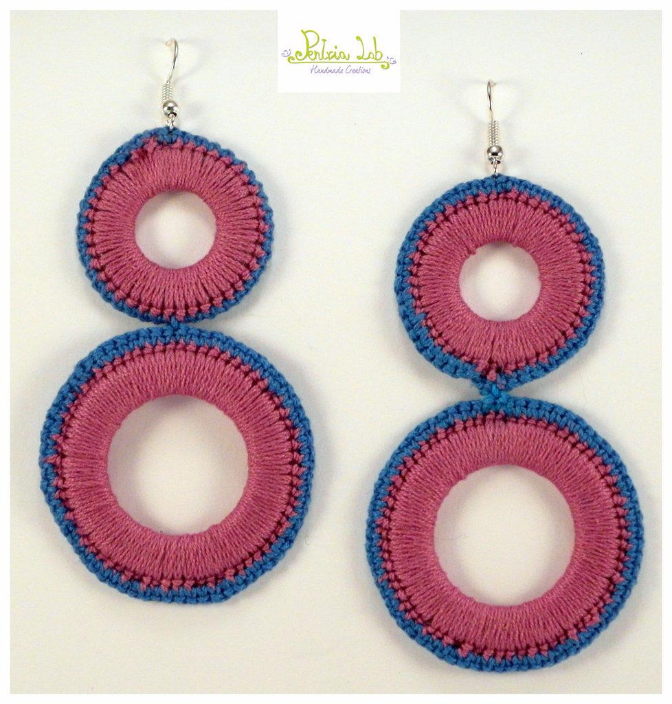 Orecchini pendenti a 2 cerchi di colore turchese e fucsia
