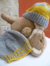 Berrettino nei simpatici colori giallo e grigio da abbinare alle scarpette