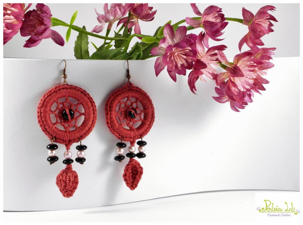 orecchini acchiappasogni con perle rosa e pietre nere