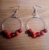 orecchini a cerchio con perle rosse e color corallo