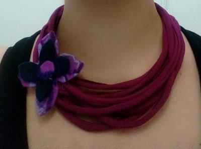 collana bordeaux con fettuccia in jersey e fiore in feltro in varie tonalità di viola