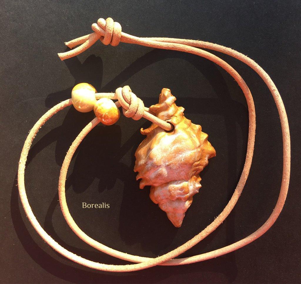 Ciondolo Conchiglia Dorata Argilla Polimerica Ceramica Artigianale e Cuoio