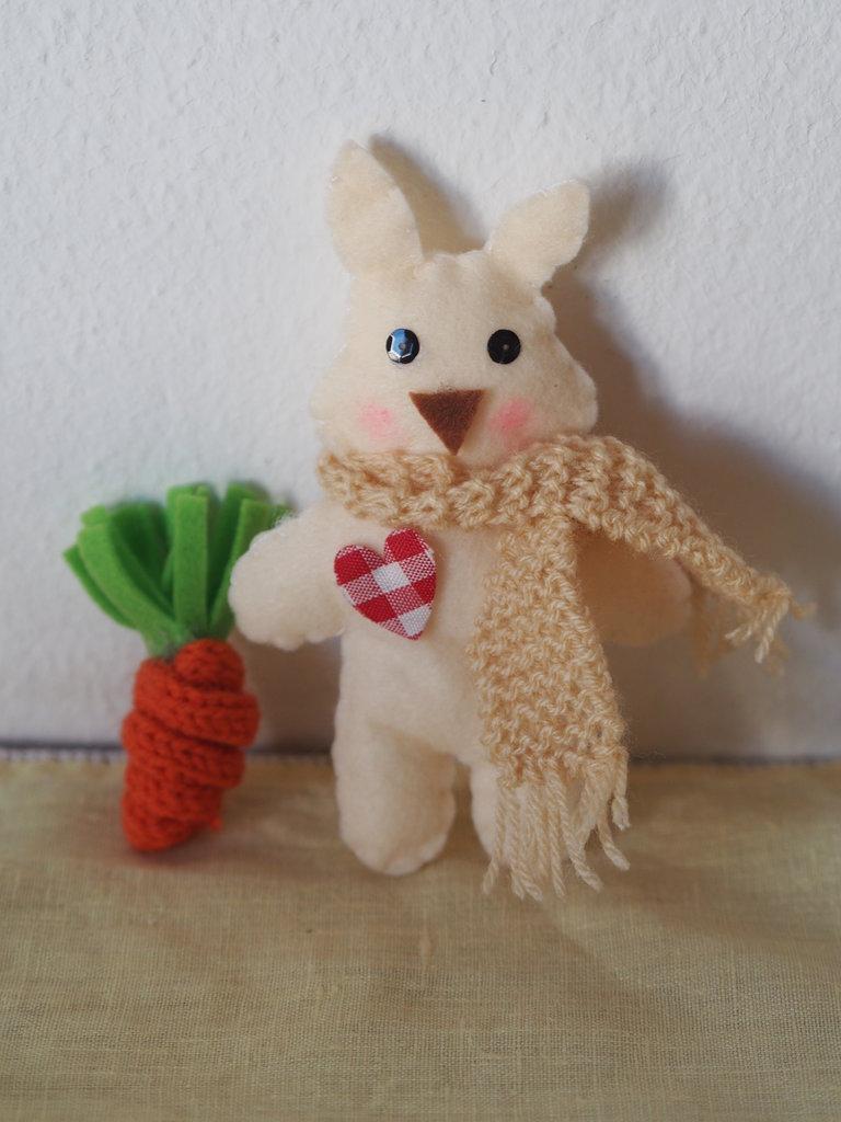 Coniglio in feltro con cuore applicato,sciarpa a maglia e carota in maglia tubolare.Bomboniera per bimbi o decorazione per la cameretta,per pasqua,primavera.